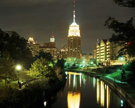 San Antonio met gebouwen aan de achterzijde in de nacht, San Antonio, Texas, USA