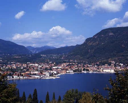 Uitzicht over het meer naar de stad, Salo, Gardameer, Lombardije, Italië, Europa