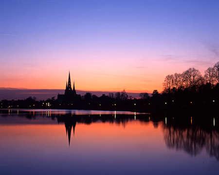 Cattedrale di Lichfield riflesso in Stowe piscina al tramonto, Lichfield, Staffs, Staffordshire, Inghilterra Regno Unito, Europa Occidentale