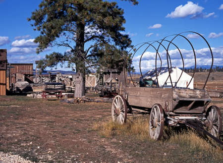 covered wagon: Covered Wagon adjacent to Old Bryce Village Shops Nr  Bryce Canyon,  Nr  Bryce Canyon National Park, Utah, USA