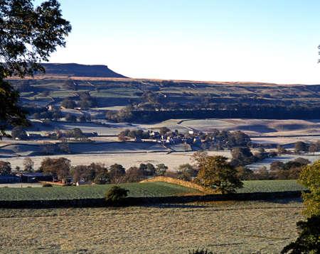 wensleydale: Vista Ma�ana escarchada de las colinas y el pueblo, Wensleydale, Yorkshire Dales, North Yorkshire, Inglaterra, Reino Unido, Gran Breta�a, Europa Occidental