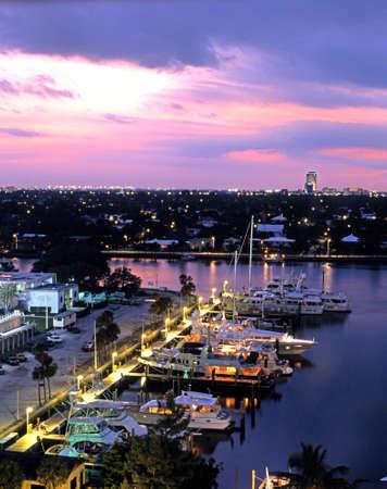 高い位置、フォートローダーデール、フロリダ州、アメリカ合衆国から夜港を表示します。