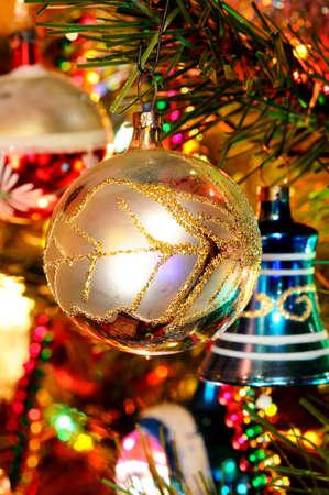 Weihnachtsbaum England.Rot Und Gold Glas Weihnachtskugel Hängt An Einem Weihnachtsbaum