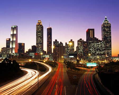 Wolkenkrabbers en snelweg in de schemering, Atlanta, Georgia, USA