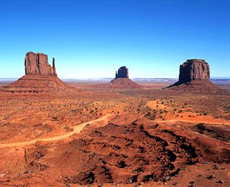 Rotsformaties bekend als links naar rechts West Mitten Butte, East Mitten Butte en Merrick Butte, Monument Valley, Utah Arizona, Verenigde Staten van Amerika