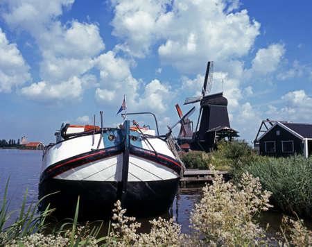 zaanse: Zeilen schuit en windmolens, Zaanse Schans, Holland, Nederland, West-Europa Stockfoto