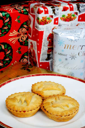 fayre: Homemade mince pies and wrapped Christmas presents, England, UK, Western Europe  Stock Photo