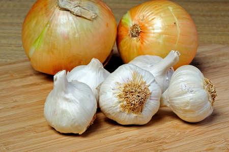 unpeeled: Unpeeled white onions and garlic bulbs  Stock Photo