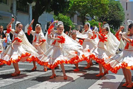 bailarina de flamenco: Marbella, España - 11 de Junio ??de 2008 - jóvenes bailarines de flamenco durante la fiesta religiosa Romería de San Bernabé, Marbella, Costa del Sol, provincia de Málaga, Andalucía, España