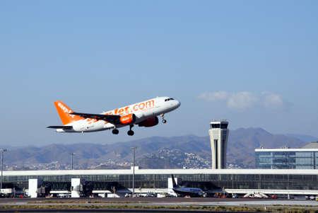 Malaga, Spanje - 4 september 2010 - Easyjet A319 opstijgen vanaf de luchthaven van Malaga, Malaga, Costa del Sol, Malaga Provincie, Andalusie, Spanje, West-Europa