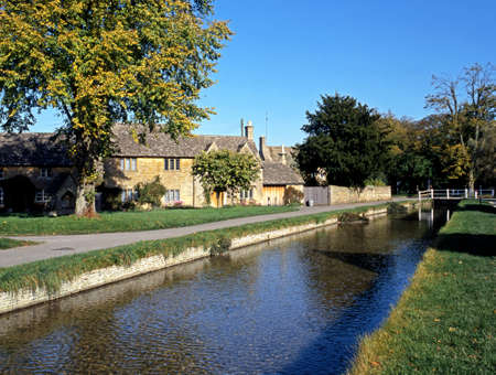 cotswold: Eye River e Cotswold cottage in pietra, Lower Slaughter, Gloucestershire, Cotswolds, Inghilterra, Regno Unito, Europa Occidentale Editoriali
