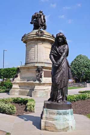 macbeth: Stratford-upon-Avon, England - May 18, 2014 - Shakespeare memorial by Lord Ronald Gower in Bronze and stone 1888 in Bancroft Gardens with Lady Macbeth in the foreground, Stratford-Upon-Avon, Warwickshire, England, UK, Western Europe