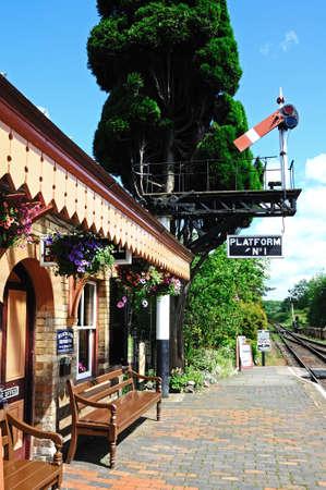 kwadrant: Hampton Loade, Wielka Brytania - 05 czerwca 2014 - Great Western budynku dworca kolejowego i GWR Wspornik sygnału niższe semafor pokazuje ćwiartka domu wszystko jasne, Hampton Loade, Shropshire, Anglia, Wielka Brytania, Europa Zachodnia
