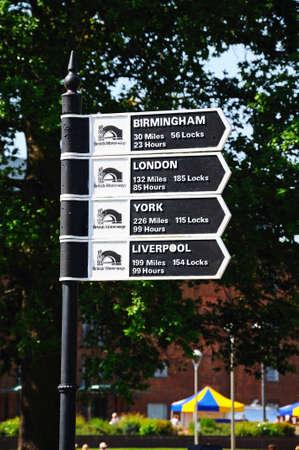 kilometraje: Stratford-upon-Avon, Reino Unido - 18 de mayo 2014 - Kilometraje Canal poste indicador, Europa Occidental Stratford-Upon-Avon, Warwickshire, Inglaterra, Editorial