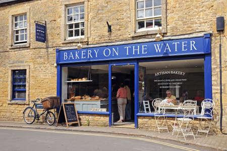 bread shop: Bourton on the Water, Regno Unito - 12 Giugno 2014 - negozio di pane nel villaggio, Bourton on the Water, Gloucestershire, Inghilterra, Regno Unito, Europa Occidentale