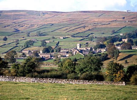 uk: View of the town and surrounding countryside  featured in the TV series All Creatures Great and Small as Darrowby , Askrigg, Wensleydale, Yorkshire Dales, North Yorkshire, England, UK, Great Britain, Western Europe