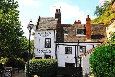 castle rock: Nottingham, Reino Unido - 17 de julio 2014 - Ye Olde Trip to Jerusalem Inn, situado a los pies del Castillo de Rock, la reputaci�n de ser el establecimiento de beber m�s antiguo de Inglaterra, Nottingham, Nottinghamshire, Inglaterra, Reino Unido, Europa Occidental.