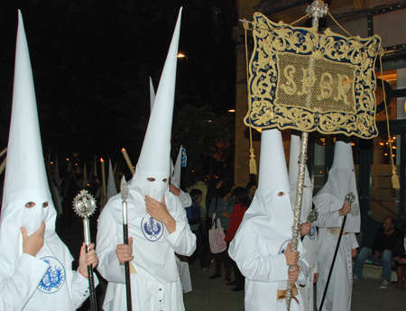 fraternidad: Sevilla, Espa�a - 7 de abril de 2009 - Los miembros de la hermandad Candelaria en la noche durante Pap� Semama, Sevilla, Provincia de Sevilla, Andaluc�a, Espa�a, Europa Occidental.