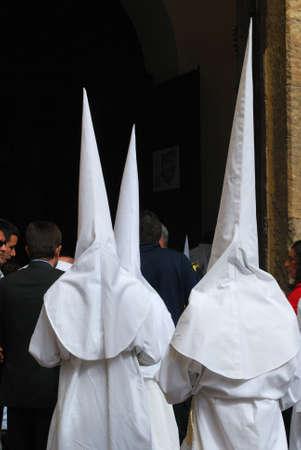 fraternidad: Sevilla, Espa�a - 7 de abril de 2009 - Los miembros de la hermandad Candelaria entrar en la iglesia de Santa durante Semama, Sevilla, Provincia de Sevilla, Andaluc�a, Espa�a, Europa Occidental.