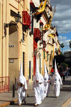 fraternidad: Sevilla, Espa�a - 7 de abril de 2009 - Los miembros de la hermandad caminar Candelaria lo largo de la calle de Santa durante Semama, Sevilla, Provincia de Sevilla, Andaluc�a, Espa�a, Europa Occidental.