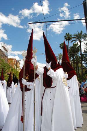 fraternidad: Sevilla, Espa�a - 7 de abril de 2009 - Los miembros de El Cerro hermandad caminando por la calle durante Pap� Semama, Sevilla, Provincia de Sevilla, Andaluc�a, Espa�a, Europa Occidental. Editorial