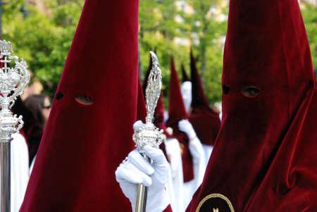 fraternit�: S�ville, Espagne - 7 Avril 2009 - Les membres de El Cerro fraternit� marche le long de la rue pendant de Santa Semama, S�ville, Province de S�ville, Andalousie, Espagne, Europe de l'Ouest.