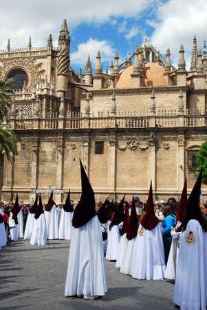 fraternidad: Sevilla, Espa�a - 7 de abril de 2009 - Los miembros de El Cerro hermandad caminar alrededor de la Catedral de Santa durante Semama, Sevilla, Provincia de Sevilla, Andaluc�a, Espa�a, Europa Occidental.