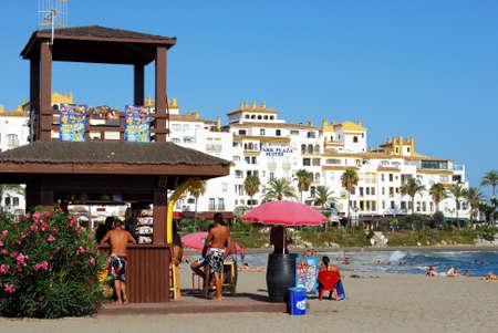 casse-cro�te: Les vacanciers � un snack-bar sur la plage avec l'H�tel Park Plaza Suites � l'arri�re, Puerto Banus, Marbella, Costa del Sol, Province de Malaga, Andalousie, Espagne, Europe de l'Ouest.
