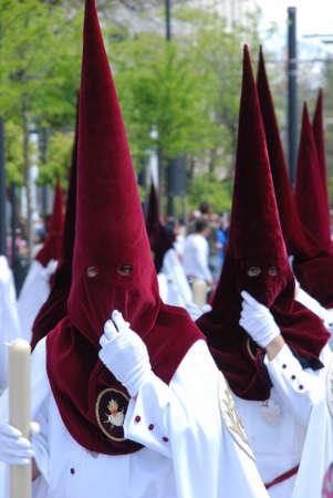 fraternit�: Membres de El Cerro fraternit� de marche � travers les rues de la ville pendant de Santa Semama, S�ville, Province de S�ville, Andalousie, Espagne, Europe de l'Ouest. �ditoriale