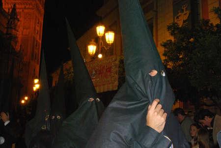 fraternidad: Los miembros de La bofeta hermandad paseando por las calles de la ciudad en la noche durante Pap� Semama, Sevilla, Provincia de Sevilla, Andaluc�a, Espa�a, Europa Occidental.