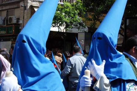 fraternidad: Los miembros de la hermandad de San Esteban caminando por las calles de la ciudad durante Pap� Semama, Sevilla, Provincia de Sevilla, Andaluc�a, Espa�a, Europa Occidental.