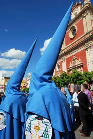 fraternidad: Los miembros de la hermandad de San Esteban caminando por las calles de la ciudad durante Papá Semama, Sevilla, Provincia de Sevilla, Andalucía, España, Europa Occidental.