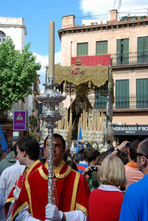 semana: Members of the San Esteban brotherhood leading the float through the city centre streets during Santa Semana, Seville, Seville Province, Andalusia, Spain, Western Europe.