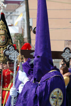 fraternidad: Los miembros de la hermandad Huerto caminando por las calles del centro de la ciudad durante la Semana de Santa, M�laga, provincia de M�laga, Andaluc�a, Espa�a, Europa Occidental.