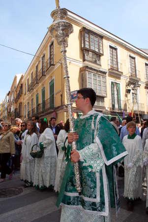 fraternidad: Los miembros de la hermandad Pollinca conduce la procesi�n por el centro de la ciudad durante la Semana de Santa, M�laga, provincia de M�laga, Andaluc�a, Espa�a, Europa Occidental. Editorial