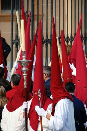 fraternidad: Los miembros de la Hermandad Salud durante la procesión de Santa Semana en el centro de la ciudad, Málaga, provincia de Málaga, Andalucía, España, Europa Occidental.