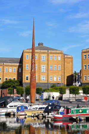 metal sculpture: Barche ormeggiate in Docks Gloucester con una grande scultura di metallo sul retro, Gloucester, Gloucestershire, Inghilterra, Regno Unito, Europa occidentale. Editoriali