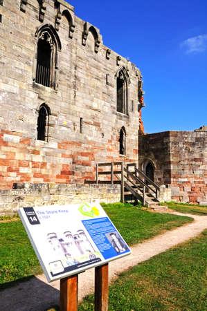 stafford: Vista del castello rovina neogotico con una scheda informazioni in primo piano, Stafford, Staffordshire, Inghilterra, Regno Unito, Europa occidentale.