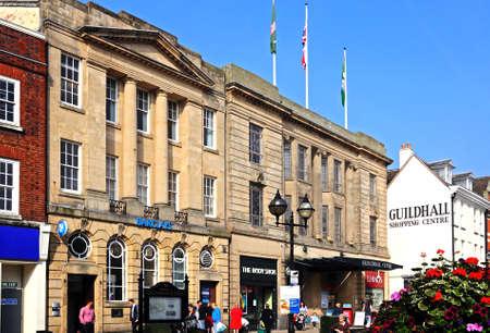 stafford: Barclays Bank e negozi in Piazza del Mercato, Stafford, Staffordshire, Inghilterra, Regno Unito, Europa occidentale.