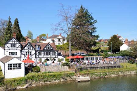 severn: People having lunch outside The Boathouse Pub alongside the River Severn, Shrewsbury, Shropshire, England, UK, Western Europe.