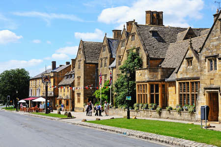 cotswold: View of The Lygon Arms Hotel along High Street, Broadway, Cotswolds, Worcestershire, England, UK, Western Europe. Editorial