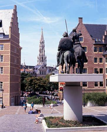 don quijote: Chapitel de El Hotel De Ville en la Grand Place con una estatua de Don Quijote y Sancho Panza en el primer plano B�lgica Europa Occidental.