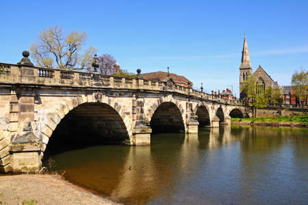 The English Bridge across the River Severn with United Reformed Church to the right hand side, Shrewsbury, Shropshire, England, UK, Western Europe. 版權商用圖片