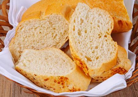 canasta de pan: Palillo franc�s crujiente corta en trozos en una cesta de pan.