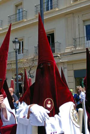 fraternidad: Los miembros de El Cerro hermandad paseando por las calles de la ciudad durante Pap� Semama, Sevilla, Provincia de Sevilla, Andaluc�a, Espa�a, Europa Occidental. Editorial