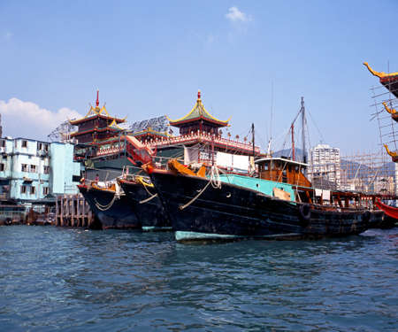 far eastern: Fishing boats to the rear of the Jumbo floating Chinese restaurant in Aberdeen Harbour, Aberdeen, Hong Kong, China Editorial
