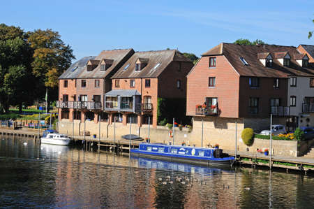 worcestershire: Narrowboat moored along the River Avon with apartments to the rear, Evesham, Worcestershire, England, UK, Western Europe.
