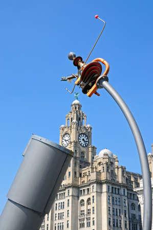 merseyside: Il Royal Liver Building visto attraverso il telescopio Cielo e la Terra a Pier Head, Liverpool, Merseyside, Inghilterra, Regno Unito, Europa occidentale. Archivio Fotografico