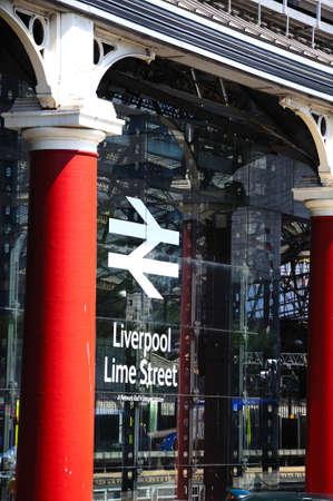 merseyside: Vista laterale della stazione ferroviaria di Lime Street che mostra le pareti di vetro e segno, Liverpool, Merseyside, Inghilterra, Regno Unito, Europa occidentale.