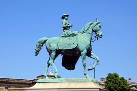 merseyside: Statua della regina Vittoria da parte del St Georges Hall, Liverpool, Merseyside, Inghilterra, Regno Unito, Europa occidentale.